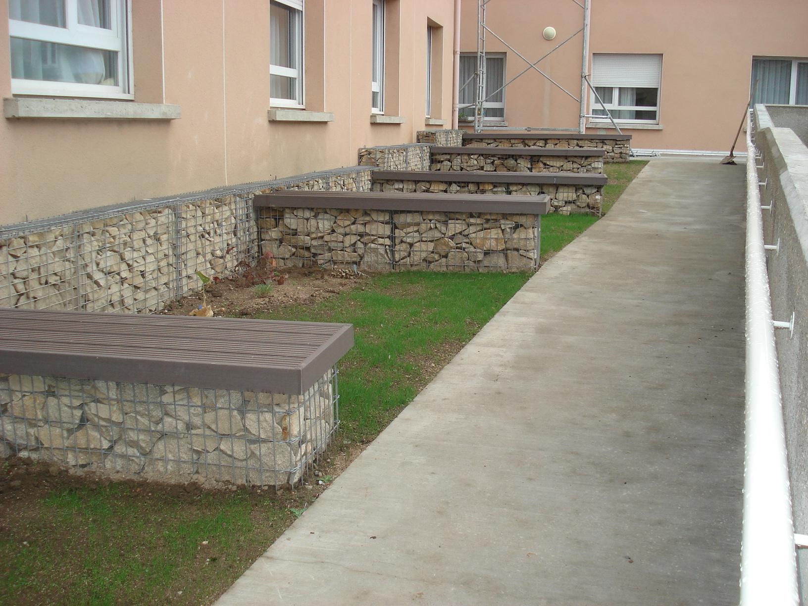 Cr ation d 39 un jardin aquatique avec banc gabion bas en for Banc de pierre pour jardin
