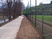 Pose de clôture, grillage sur un terrain de football