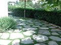Terrasse avec pierre entouré de gazon