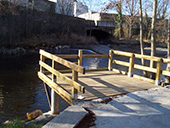 Barrières en bois au bord de l'eau
